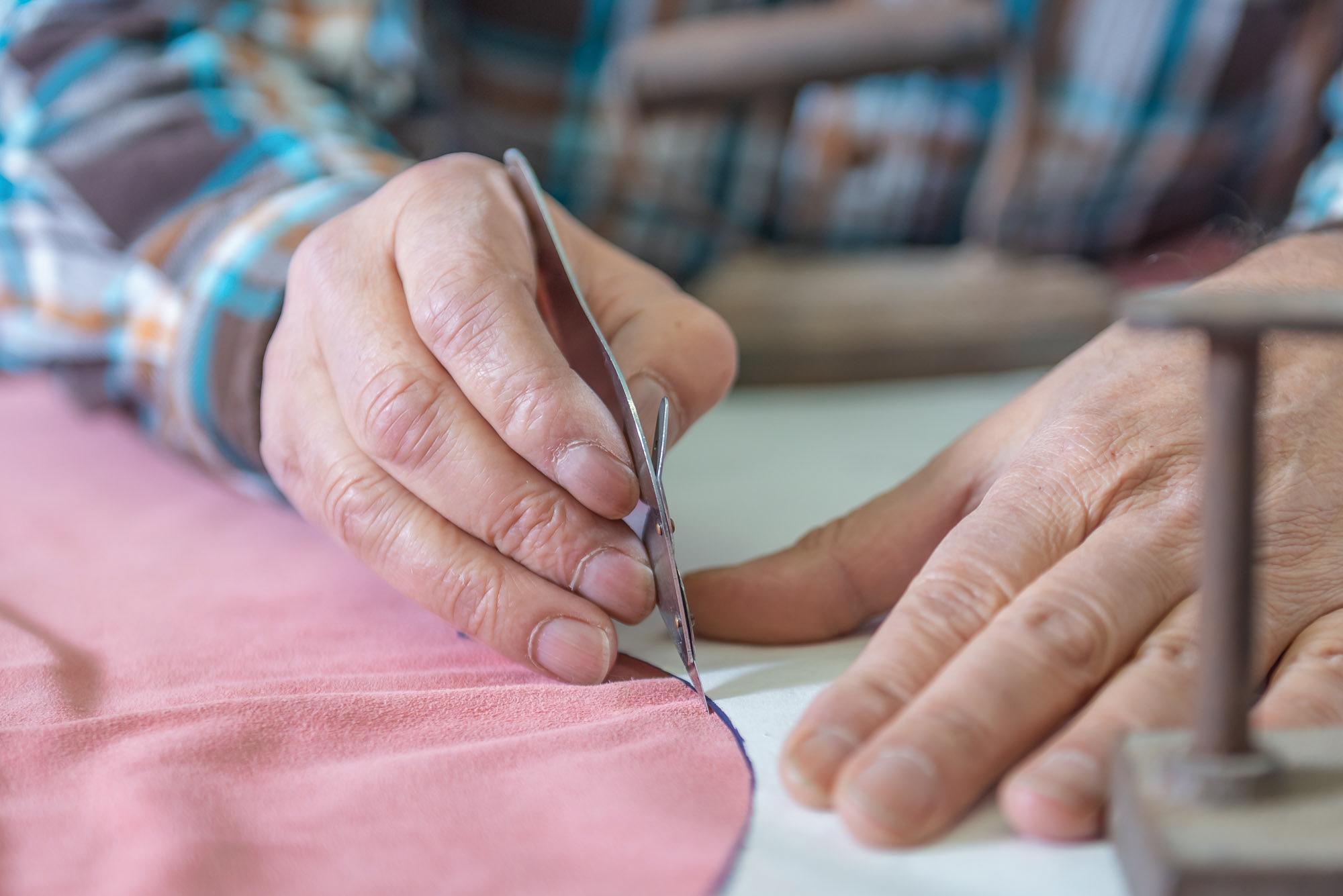 Interpel - Dettaglio di mani che tagliano la pelle -2
