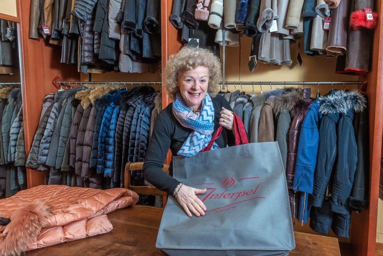 Interpel - Daniela nel suo negozio di pellicce in centro a Novara