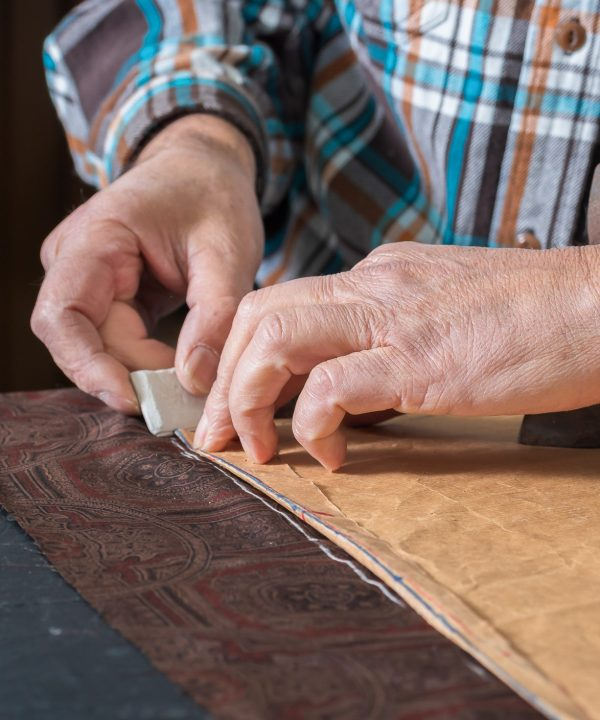 Interpel - Dettaglio di mani lavorano la pelle -2